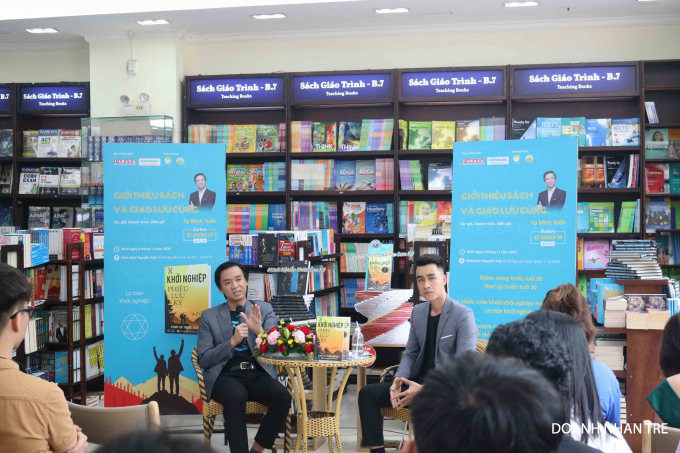 Tác giả Tạ Minh Tuấn chia sẻ với bạn đọc về câu chuyện khởi nghiệp. Ảnh: NVCC