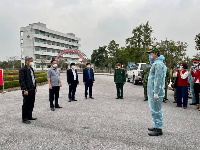 Thứ trưởng Nguyễn Trường Sơn và Đoàn công tác kiểm tra công tác phòng, chống dịch tại Khu cách ly trường Đại học Sao Đỏ, Hải Dương. Ảnh: PV