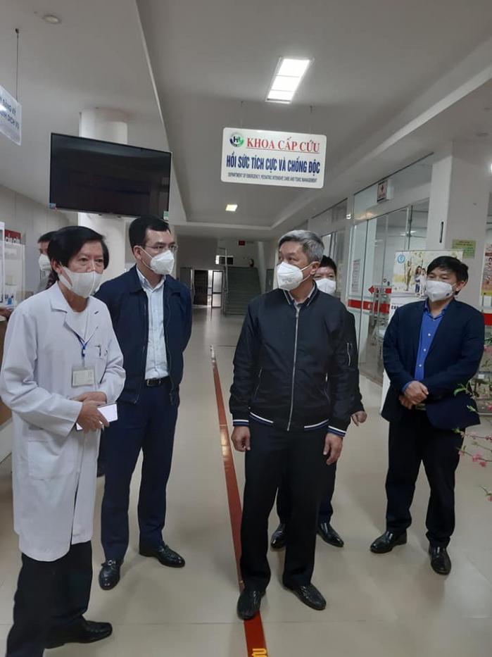 Thứ trưởng Nguyễn Trường Sơn kiểm tra công tác phòng, chống dịch tại bệnh viện Đa khoa Hòa Bình, thành phố Hải Dương. Ảnh: PV