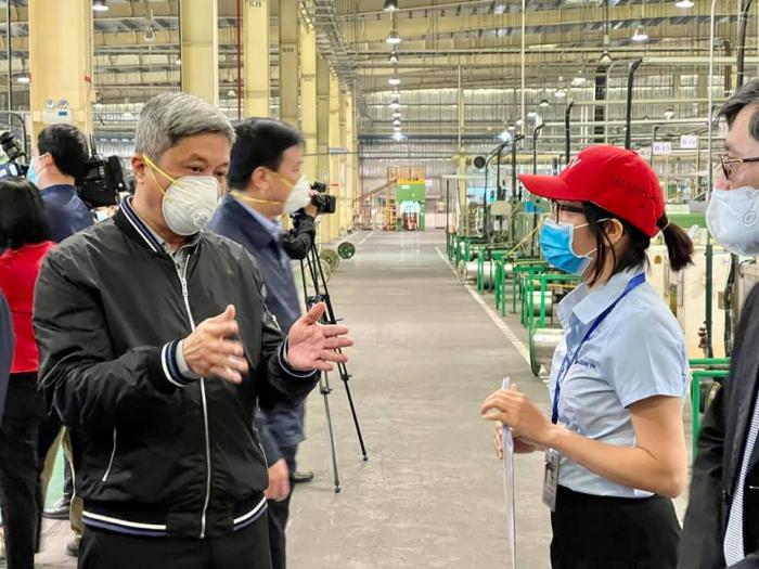 Thứ trưởng Nguyễn Trường Sơn kiểm tra công tác phòng, chống dịch Covid-19 tại công ty Hitachi Cable tại huyện Cẩm Giàng, tỉnh Hải Dương. Ảnh: PV