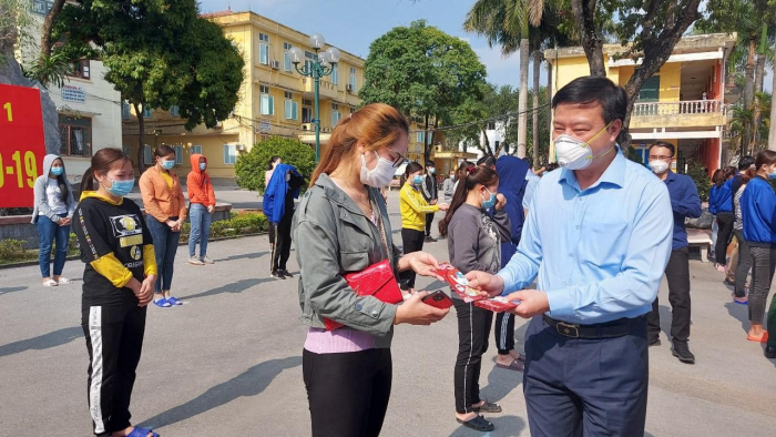 Ông Phạm Xuân Thăng tặng quà cho các bệnh nhân được công bố khỏi bệnh. Ảnh: PV