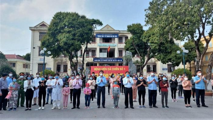 Bí thư Tỉnh ủy Hải Dương Phạm Xuân Thăng cùng đoàn công tác Bộ Y tế và các y bác sĩ tại Bệnh viện Dã chiến số 1 chúc mừng các bệnh nhân được công bố khỏi bệnh. Ảnh: PV