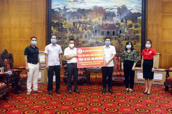 Ông Đặng Quang Tùng - Chủ tịch Hội Doanh nhân trẻ Vĩnh Phúc trao các thiết bị vật tư y tế cho chính quyền UBND tỉnh và đại diện các sở ban ngành, ban chỉ đạo phòng, chống dịch. Ảnh:TL.