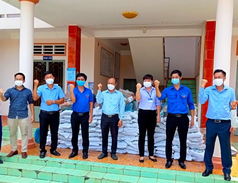 Anh Phạm Khắc Học - Giám đốc Công ty TNHH Bất động sản Kiên Cường Phát (bìa phải) và anh Nguyễn Thành - Phó tổng giám đốc Tập đoàn Kavi Group (bìa trái) trao các suất quà cho UBND xã Lộc Thịnh, H.Lộc Ninh.