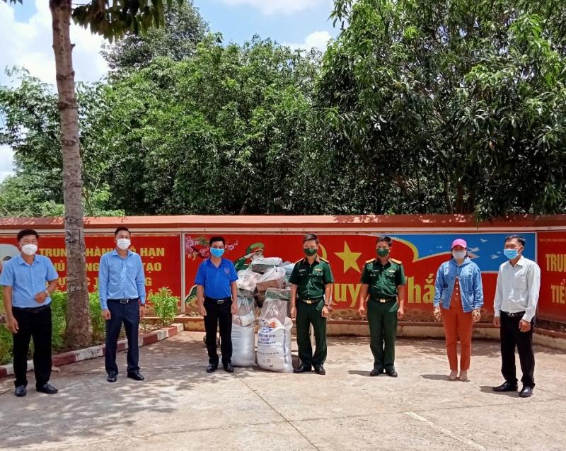 20 phần quà được gửi đến cho gia đình các chiến sĩ khó khăn thuộc Tiểu đoàn 208 (H.Lộc Ninh)
