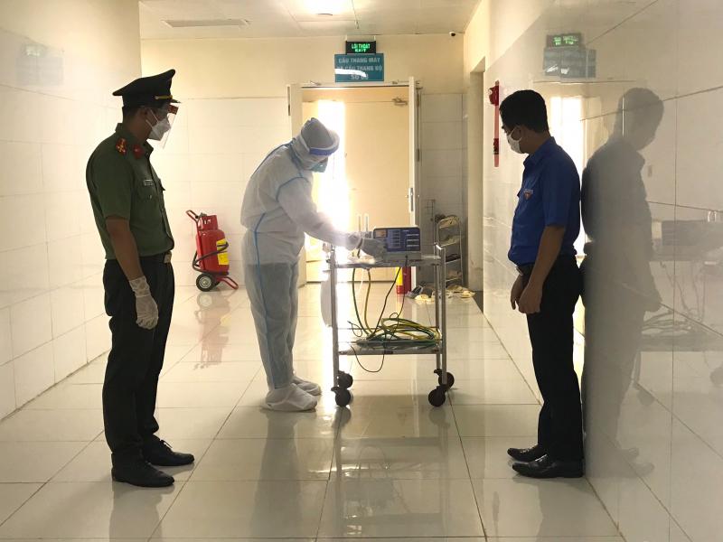 Kỹ thuật viên đang hướng dẫn cách sử dụng máy thở Eliciae MV20 vừa được trao tặng.