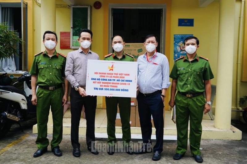 Ông Đặng Hồng Anh, Chủ tịch Hội DNTVN (thứ hai, trái qua) và ông Trần Lệ Nguyên, Phó chủ tịch thường trực Tập đoàn KIDO (thứ hai, phải qua) trao các phần quà ủng hộ cho Phòng Cảnh sát hình sự Công an TP.HCM.