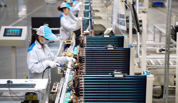 Việc phát triển sản xuất và xuất khẩu từ nay đến cuối năm phụ thuộc rất lớn vào việc kiểm soát dịch Covid-19. Ảnh: T.L.