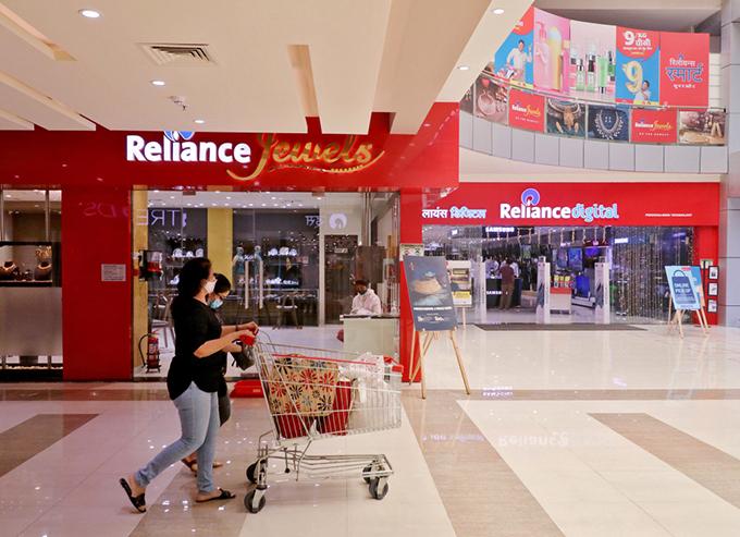 Tập đoàn Reliance của Ambani hiện có các mảng kinh doanh chính bao gồm năng lượng, bán lẻ và công nghệ. Ảnh: AFP