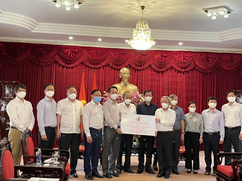 Hội DNTVN và Hội DNT Đồng Nai trao các phần tài trợ cho lãnh đạo tỉnh Đồng Nai.