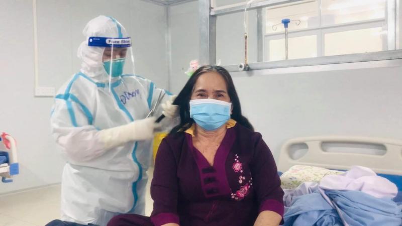 Nhân viên y tế chăm sóc cho bệnh nhân trước khi xuất viện. Ảnh: PV.