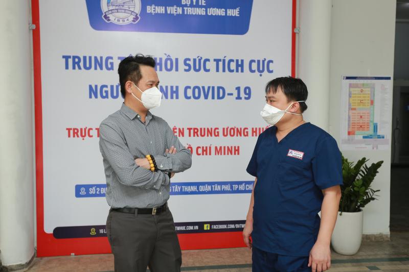 Ông Đặng Hồng Anh (bên trái) thăm hỏi, gửi lời động viên đến lực lượng tuyến đầu chống dịch tại Bệnh viện Dã chiến số 14. Ảnh: DNT.