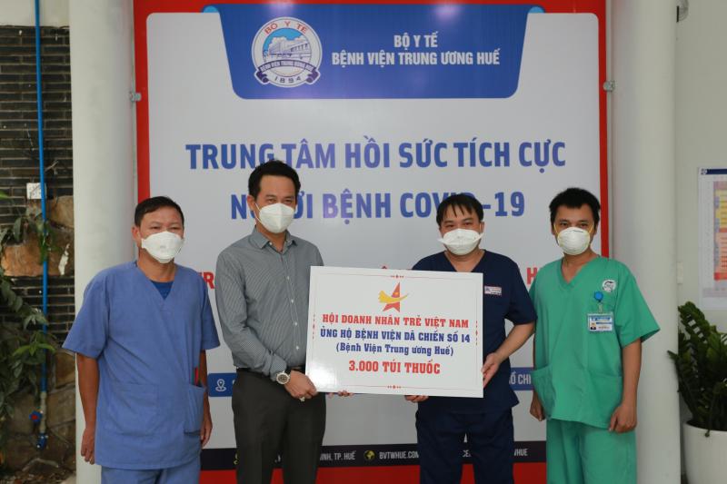 3.000 túi thuốc hỗ trợ điều trị F0 của Hội Doanh nhân trẻ Việt Nam đã đến với Bệnh viện Dã chiến số 14. Ảnh: DNT.