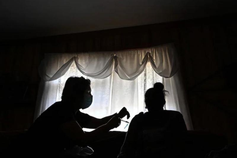 Tiêm vaccine tại nhà ở Front Royal, Virginia tháng 4/2021. Ảnh: Washington Post