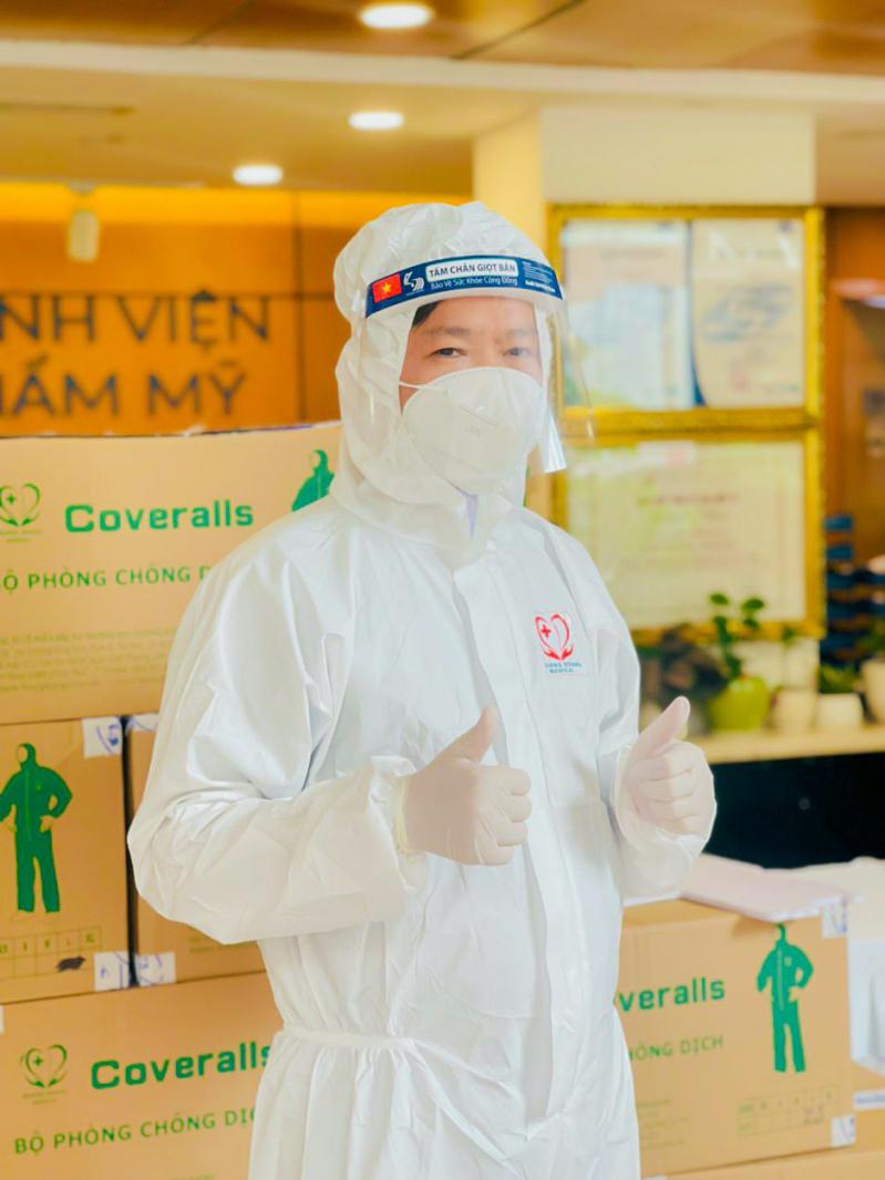 Bác sĩ Nguyễn Phan Tú Dung - Giám đốc Bệnh viện JW kiểm tra các thiết bị trước khi chuyển đến những bệnh viện tuyến đầu. Ảnh: NVCC