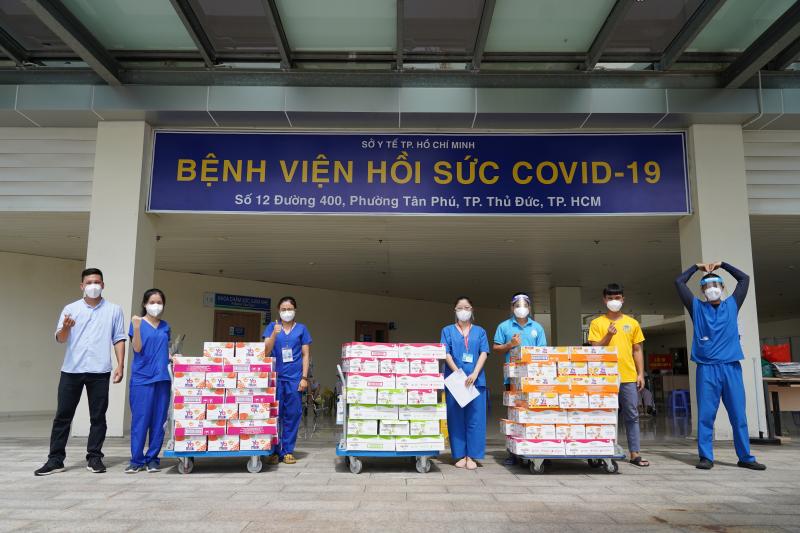 Các nhân viên y tế tại Bệnh viện Hồi sức Covid-19 TP. Thủ Đức tiếp nhận các sản phẩm dinh dưỡng hỗ trợ từ Vinamilk. Ảnh: TL.