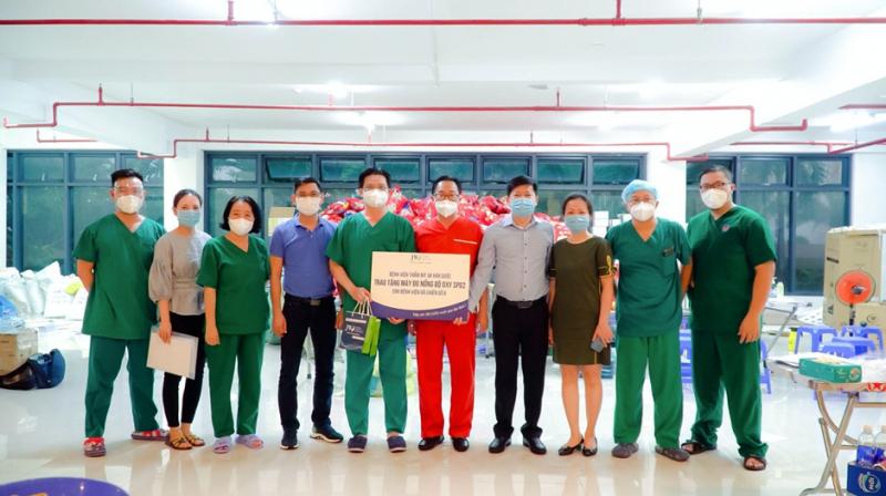 Các bác sĩ Bệnh viện Dã chiến số 6 xúc động trước tình cảm của Bệnh viện JW. Ảnh: NVCC