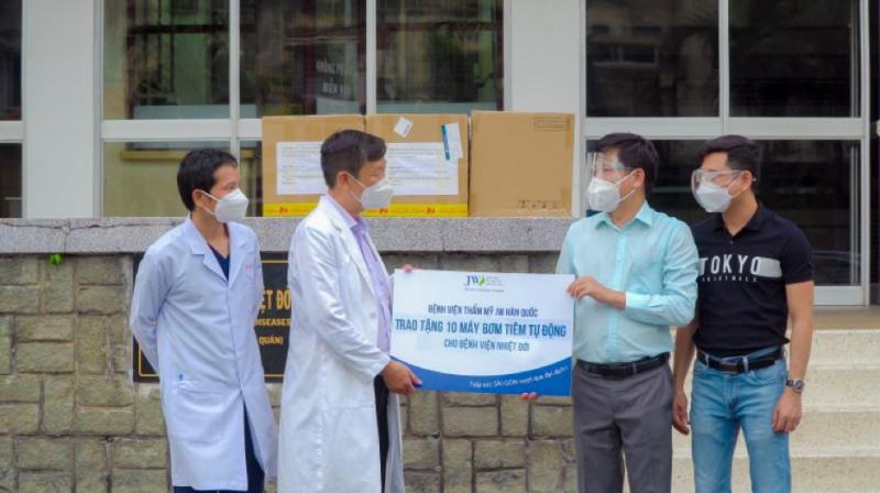 Các bác sĩ Bệnh viện Bệnh nhiệt đới TP.HCM phấn khởi khi nhận được thiết bị hỗ trợ bệnh nhân Covid-19. Ảnh: NVCC