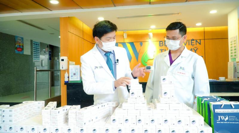Do ảnh hưởng tình hình dịch bệnh, các vật tư y tế khan hiếm và tăng giá nên việc hỗ trợ từ Bệnh viện JW luôn cần thiết cho các bệnh viện tuyến đầu. Ảnh: NVCC