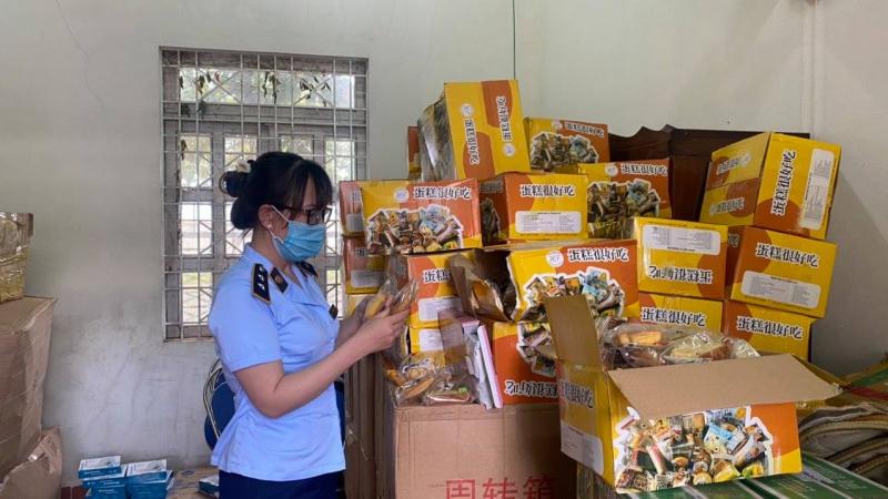 Kho hàng chứa các sản phẩm bánh Trung thu trôi nổi được ông Nguyễn Xuyến Thắng Thiện (Gia Lai) mua trôi nổi trên thị trường sau đó bán lại cho khách đặt hàng trên Facebook. Ảnh: QLTT.
