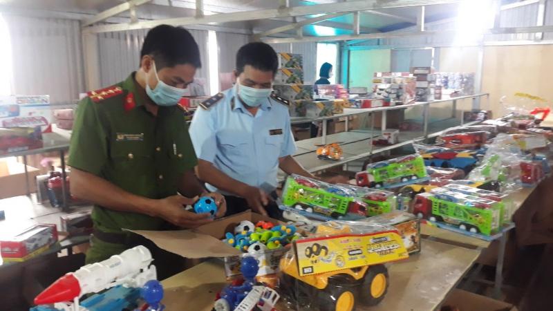 Các sản phẩm đồ chơi Trung thu có nhãn mác nước ngoài, không có tem tiếng Việt và các chứng nhận hợp quy. Ảnh: QLTT.