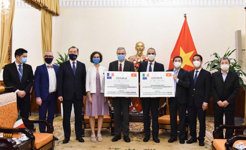 Lễ tiếp nhận 1,5 triệu liều AstraZeneca do Pháp và Italy trao tặng sáng nay 14/9. Ảnh: VGP.