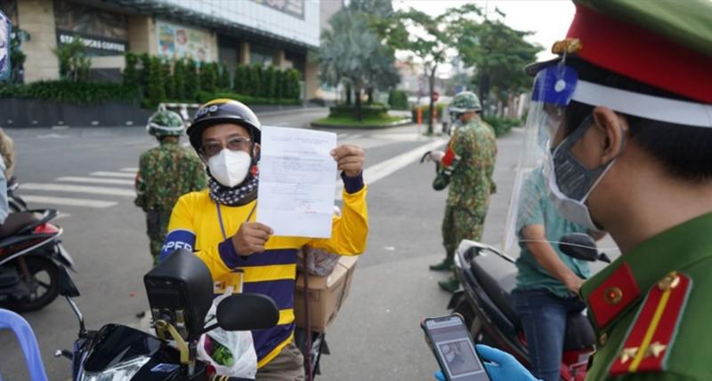 Sở Công thương Hà Nội yêu cầu đội ngũ nhân viên giao hàng được cấp giấy đi đường có nhận diện không làm thêm bên ngoài, không nhận chuyển hàng của các doanh nghiệp khác. Ảnh: Lao Động.