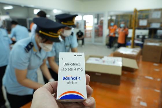 Các loại thuốc được nhập về theo hình thức quà tặng. Ảnh: Tổng cục Hải quan.