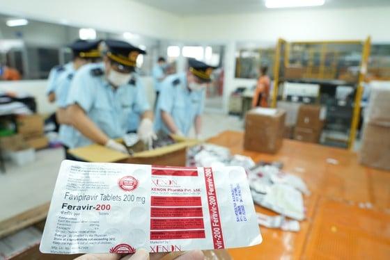 Lực lượng hải quan đang kiểm đếm hàng hóa vi phạm. Ảnh: Tổng cục Hải quan.