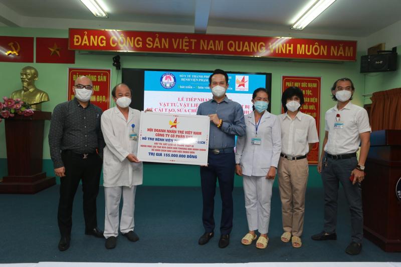 Hội Doanh nhân trẻ Việt Nam và Công ty Cổ phần DHA trao tặng 155 triệu đồng, hỗ trợ cho Bệnh viện Phạm Ngọc Thạch cải tạo khu làm việc cho nhân viên. Ảnh: DNT.