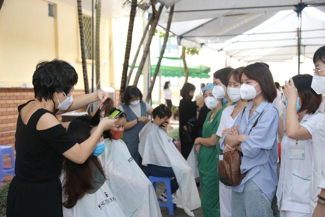 Trước khi lên đường, nhiều nữ y, bác sĩ đã cắt mái tóc dài để vào TP.HCM phục vụ điều trị cho người bệnh Covid-19.