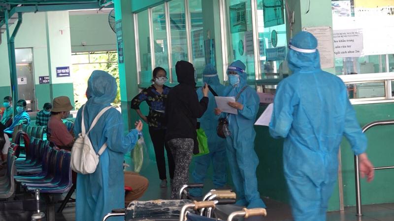 Đội tình nguyện viên chương trình ATM Nhân lực tiêm vaccine có mặt tại Bệnh viện Phạm Ngọc Thạch. Ảnh: DNT.