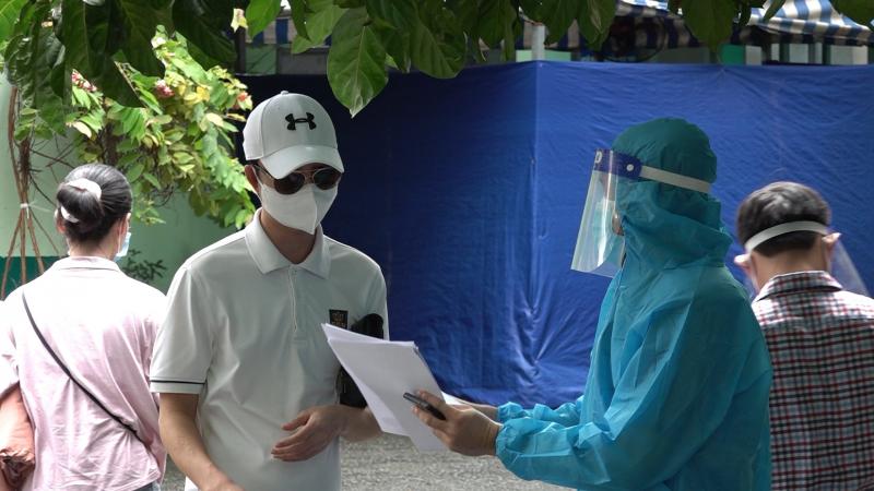 Các tình nguyện viên tại Bệnh viện Phạm Ngọc Thạch sẽ hỗ trợ tiếp đón người đến tiêm, hướng dẫn điền các mẫu thông tin, khai báo y tế, lấy mẫu xét nghiệm và theo dõi phản ứng sau tiêm. Ảnh: DNT.