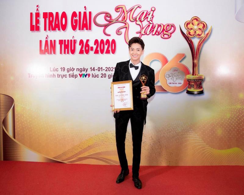 Ca sĩ Ngô Kiến Huy hạnh phúc khi được trao giải Mai Vàng năm 2020. Ảnh: TL