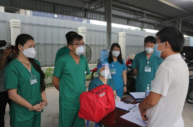 Các nhân viên y tế xúc động khi trao trả kỷ vật của những bệnh nhân tử vong do Covid-19 cho người thân của họ. Cả nhân viên y tế và người nhà bệnh nhân đều nghẹn ngào không nói nên lời. Ảnh: BVBM.