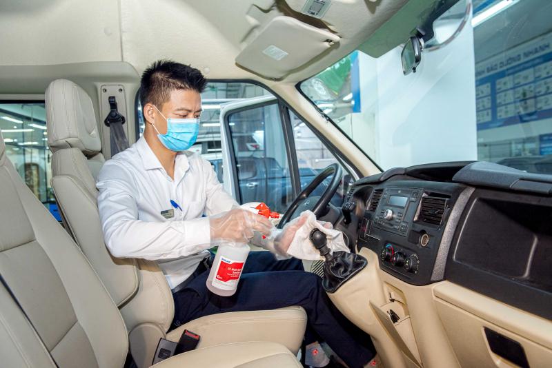 Sau khi nhận xe từ Khách hàng, các kỹ thuật viên của Ford sẽ tiến hành vệ sinh khử khuẩn xe trước khi thực hiện quy trình dịch vụ. Ảnh: TL.
