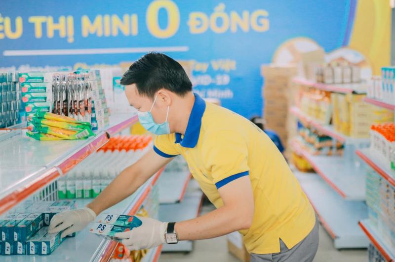BTC soạn hàng cho siêu thị 0 đồng phục vụ sinh viên. Ảnh: PNJ