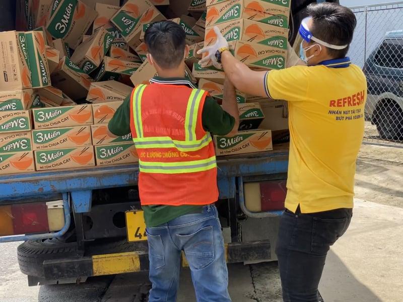 Vận chuyển hàng hoá phục vụ các chương trình thiện nguyện. Ảnh: PNJ