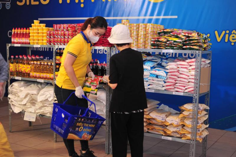 Hỗ trợ người dân lựa chọn sản phẩm khi đến siêu thị 0 đồng. Ảnh: PNJ