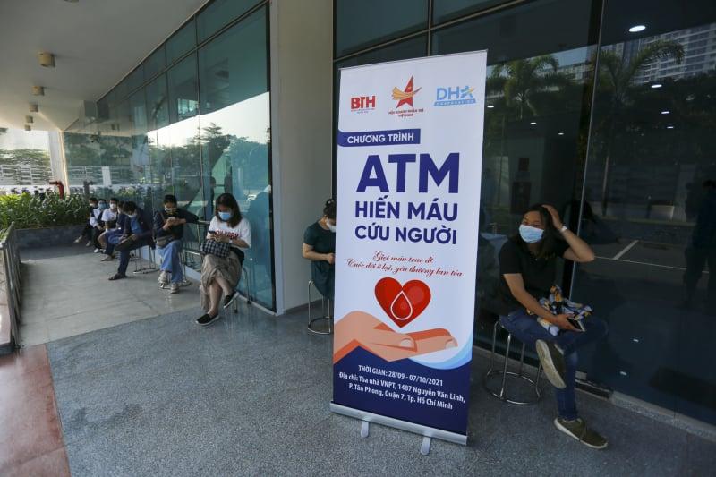 """Sáng nay 28/9, tại quận 7 (TP.HCM), trong khuôn khổ chương trình """"ATM Hiến máu cứu người"""", Hội DNTVN phối hợp với Bệnh viện Truyền máu - Huyết học TP.HCM tiếp tục tổ chức chương trình hiến máu."""
