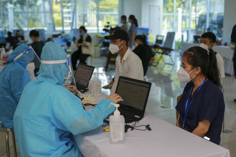 Trước khi hiến máu, các tình nguyện viên được đội ngũ y tế Bệnh viện Truyền máu - Huyết học TP.HCM lấy mẫu máu và khám sàng lọc.