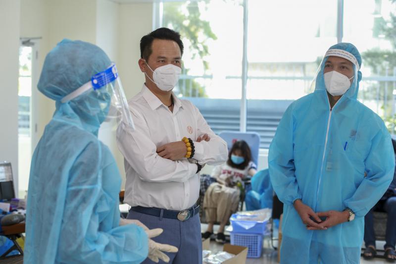Tại điểm hiến máu sáng nay, ông Đặng Hồng Anh, Phó chủ tịch Hội LHTN Việt Nam, Chủ tịch Hội DNTVN cũng đến động viên và thăm hỏi lực lượng cán bộ y tế đang công tác tại đây.