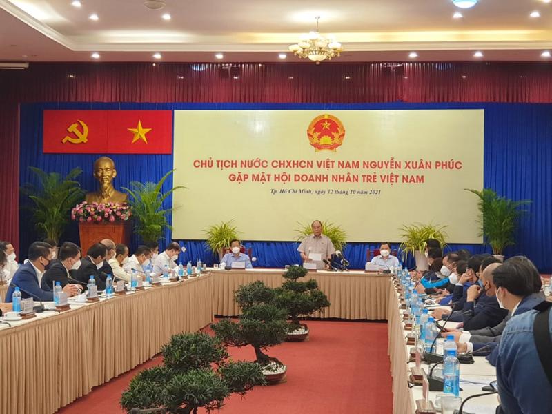 Chủ tịch nước Nguyễn Xuân Phúc lắng nghe các ý kiến của cộng đồng doanh nhân trẻ về quá trình phục hồi kinh tế sau đại dịch.