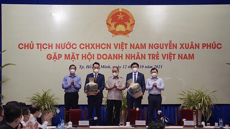 Chủ tịch nước Nguyễn Xuân Phúc tặng quà chúc mừng Ngày Doanh nhân Việt Nam cho Hội Doanh nhân trẻ Việt Nam và YBA