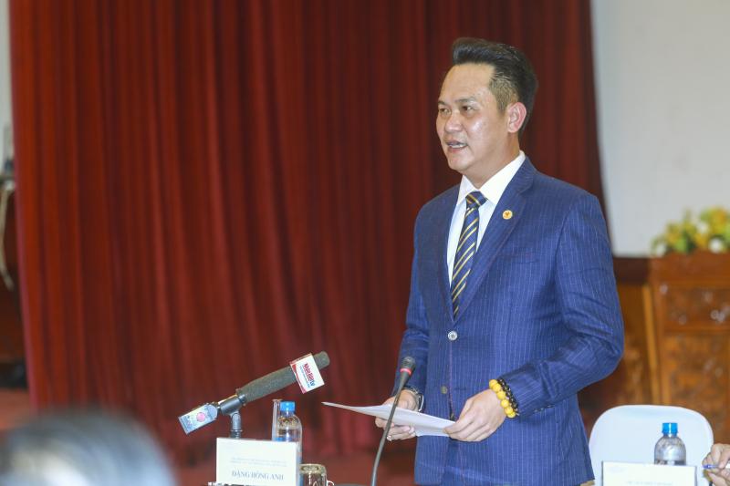 Ông Đặng Hồng Anh - Chủ tịch Hội Doanh nhân trẻ Việt Nam, Phó chủ tịch Hội LHTN Việt Nam phát biểu, đưa ra một số kiến nghị của giới doanh nhân trẻ tại buổi gặp mặt với Chủ tịch nước Nguyễn Xuân Phúc.