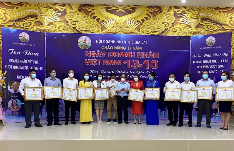 4 tập thể và 16 cá nhân nhận bằng khen của Chủ tịch UBND tỉnh Gia Lai. Ảnh: Hà Đức Thành/Báo Gia Lai.