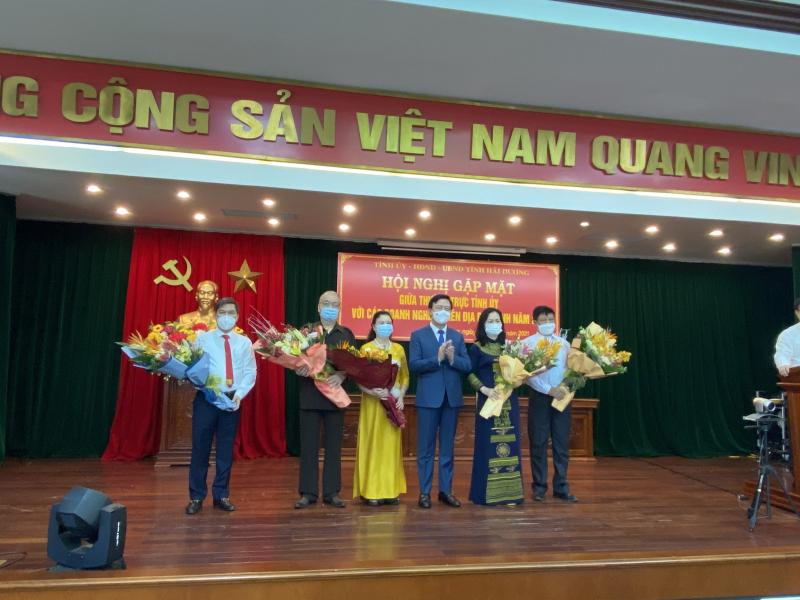 Thường trực tỉnh ủy Hải Dương chúc mừng Hội Doanh nghiệp trẻ tỉnh Hải Dương nhân Ngày Doanh nhân Việt Nam 13/10. Ảnh: DNT.