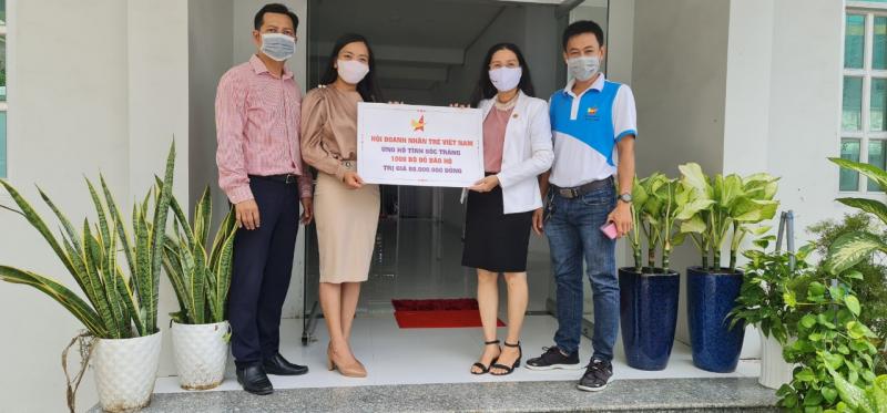 1.000 bộ đồ bảo hộ từ Hội Doanh nhân trẻ Việt Nam được gửi đến tỉnh Sóc Trăng. Ảnh: DNT.