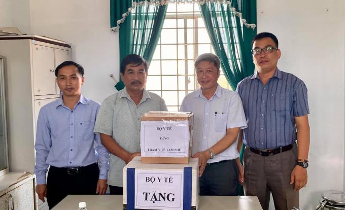 Thứ trưởng Nguyễn Trường Sơn tặng ngành y tế Quảng Nam 25 bộ dụng cụ phòng chống bão lụt, 500 nghìn viên xử lý nước Aquatabs. Ảnh: PV