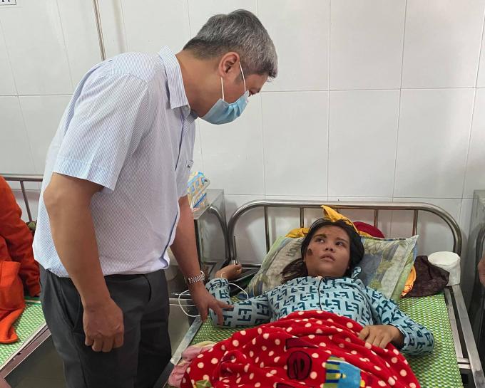 Thứ trưởng Bộ Y tế Nguyễn Trường Sơn đang thăm hỏi các nạn nhân vụ sạt lở đất tại xã Trà Leng đang được điều trị tại Trung tâm Y tế huyện Bắc Trà My. Ảnh: PV